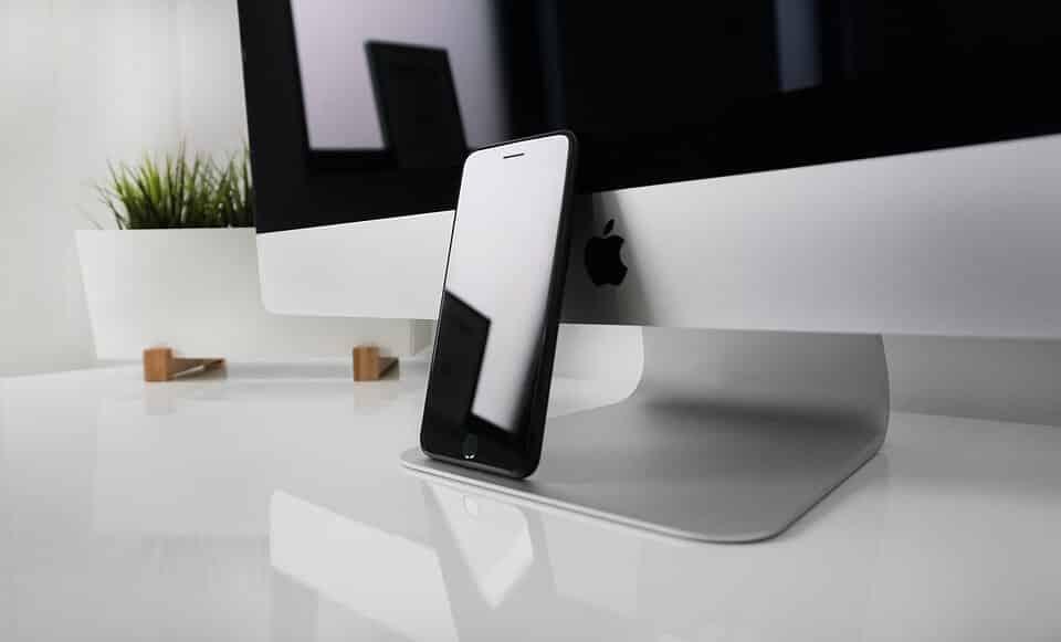 イメージカット。アップルのモニターとiPhone。