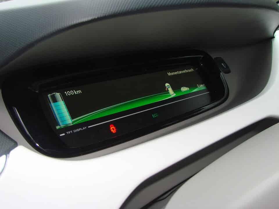 出値の残量と走行可能距離を表示する電気自動車のメーター部分。