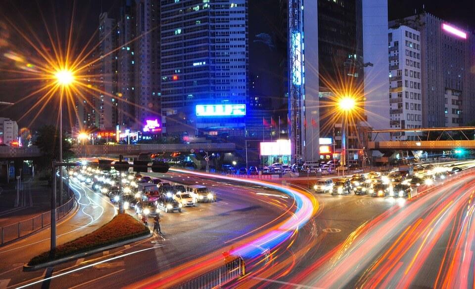 光の残像が残る都会の夜の交差点