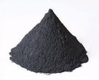 負極材の材料である黒鉛の写真。真っ黒な粉の山が写っている。