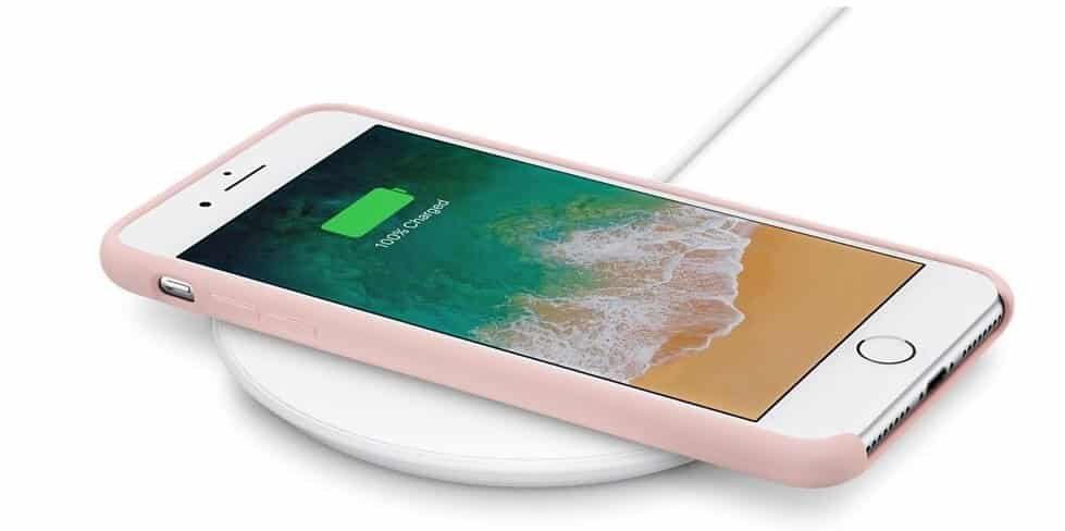iPhone8を置いて充電中のApple純正アクセサリー、Belkin Boost Up Wireless Charging Pad。