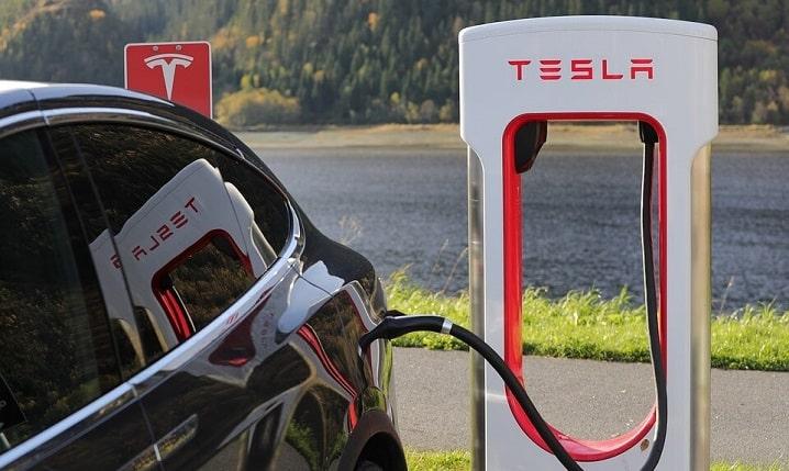 テスラ専用の充電スポットスーパーチャージャーから充電されるテスラ・モデルX
